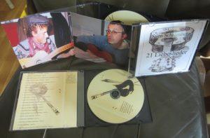 Cover und Scheibe mit dem Sänger an der Gitarre, 21 Liebeslieder - CD